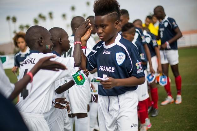 Echange de Fanions France-Fanions lors de la Danone Nation Cup